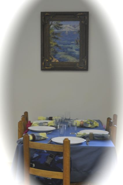 A table set for an everyday lunch is also a material, an attractive environment for sharing a meal together!
